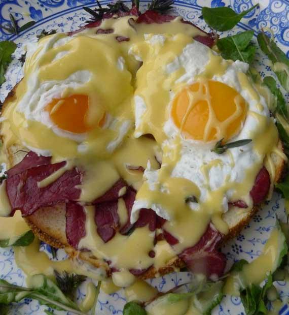 Refika Usulü Eggs Benedict