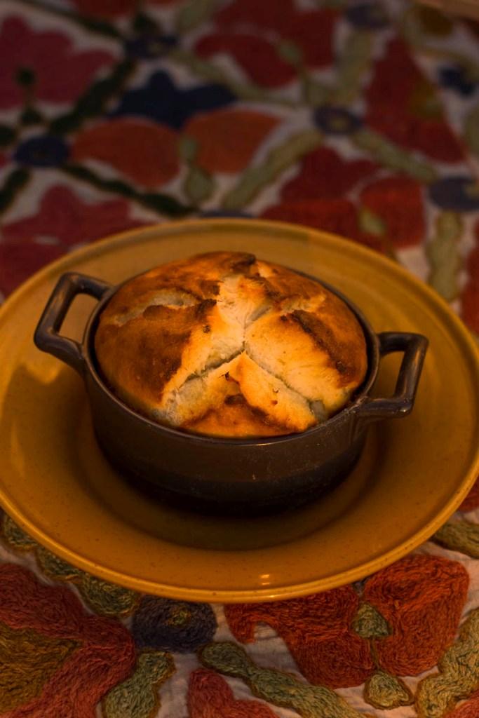Güveç Kabında Beyaz Peynirli Ekmek Tarifi