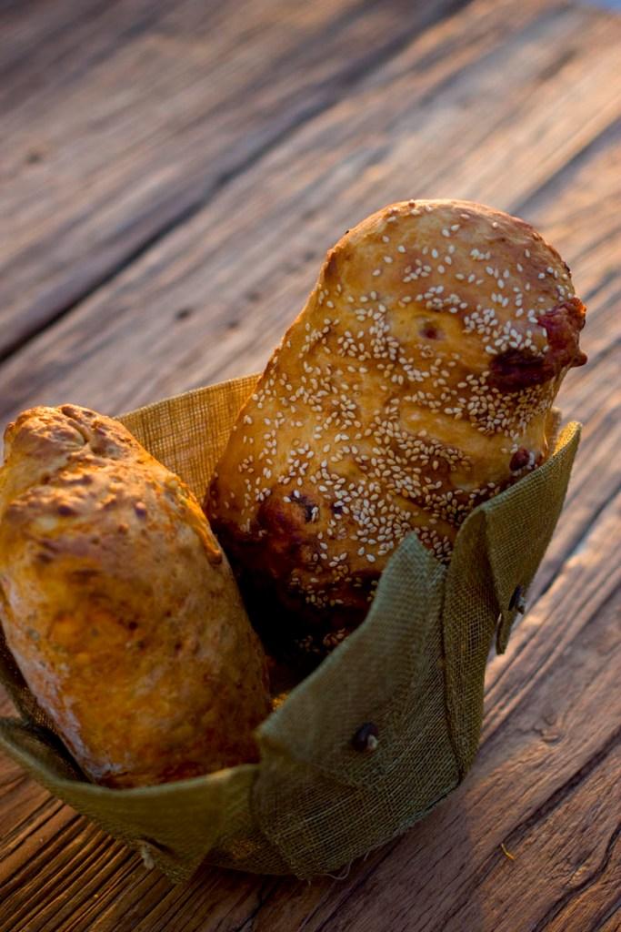 İki Peynirli Şekilsiz Ekmek Tarifi
